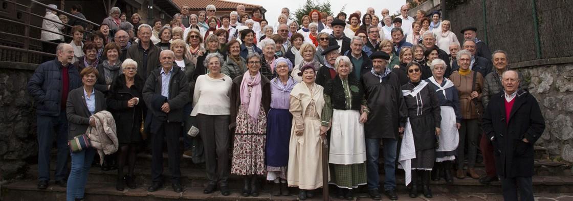 Grupo de personas socias con el Coro del Taller de Música y Canto